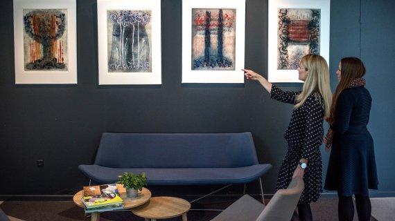 På kulturcenteret udstiller lokale kunstnere også - her er det nogle af Britta Kjærulffs værker.