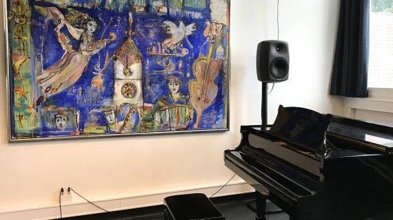 Søs Brysch har farvelagt dette billede under en koncert med Mazel Klezmer Band. Billedet hænger i Griegsalen.