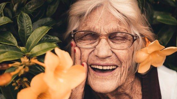 Ældre dame med blomster
