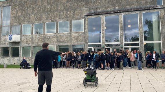 Patrick og de gående foran rådhuset
