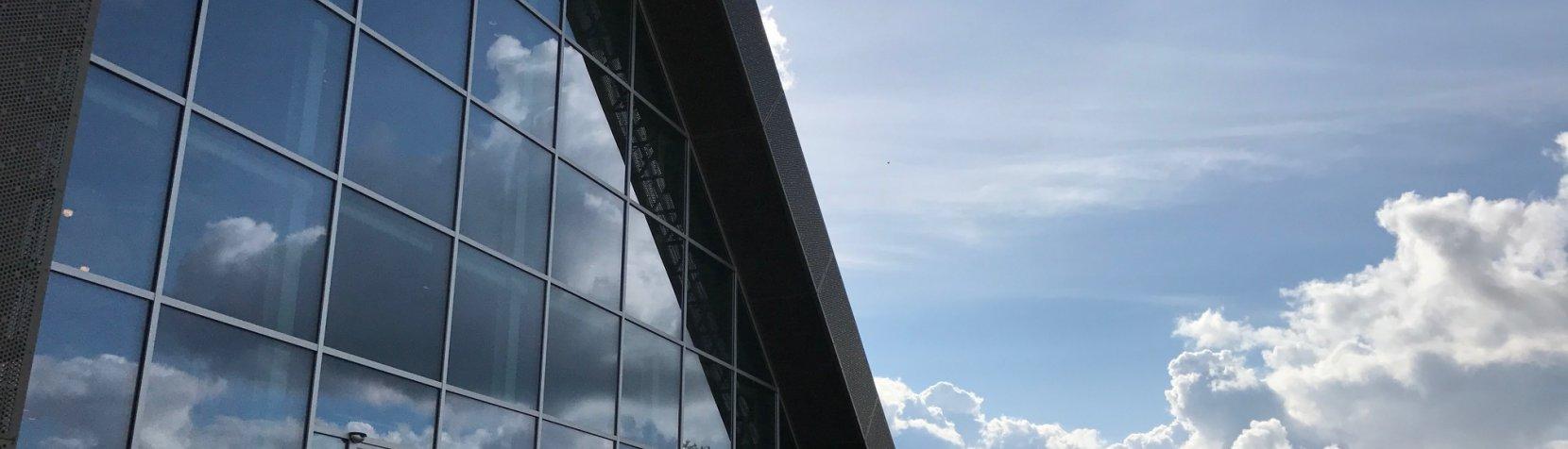 Facade med skyer