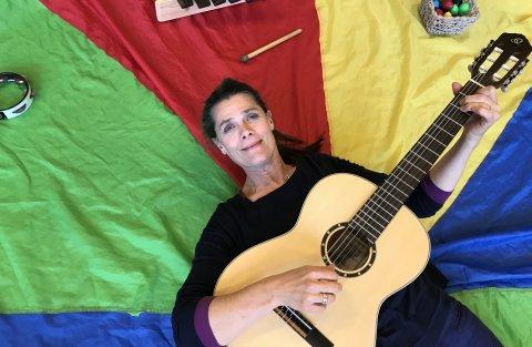 Cathrine Nordseth med guitar og farver